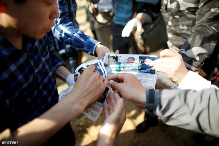 Észak-Korea ellenes civil szervezet mutatja a szórólapokat a sajtónak