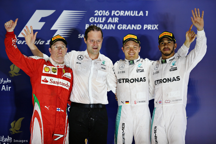 A Bahrain Nagydíj dobogója 2016-ban (balról-jobbra): Kimi Räikönnen, Aldo Costa, Nico Rosberg (első helyezett) és Lewis Hamilton