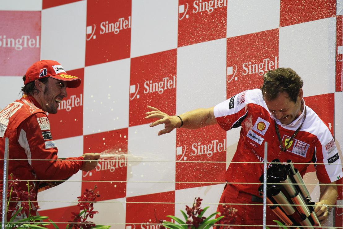 Aldo Costa kap pezsgőfürdőt Fernando Alonsótól a 2010-es Szingapúri Nagydíj után