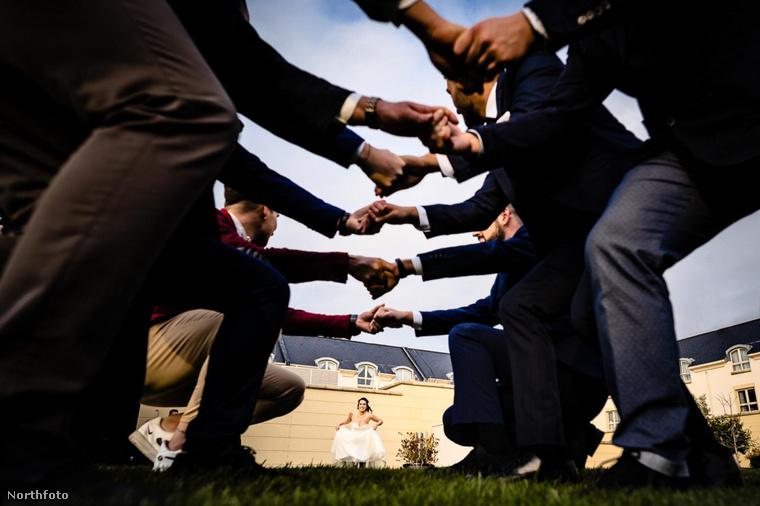 Ezen a képen egy ír esküvői szokást örökített meg a fotós, rendhagyó szemszögből