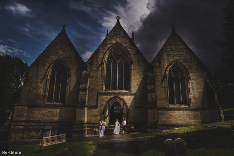 Alan Law, egy 39 éves angol fotós 2017-ben különleges fotóversenyt alapított, a Collection Fifteent, mely az olyan esküvői fotókat díjazza, melyek autentikus és kicsit sem sablonos módon ragadják meg a ceremónia egyik kevésbé feltűnő részét