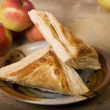 Isteni almás táska leveles tésztából: a szaftos tölteléket a fahéj teszi még ízletesebbé