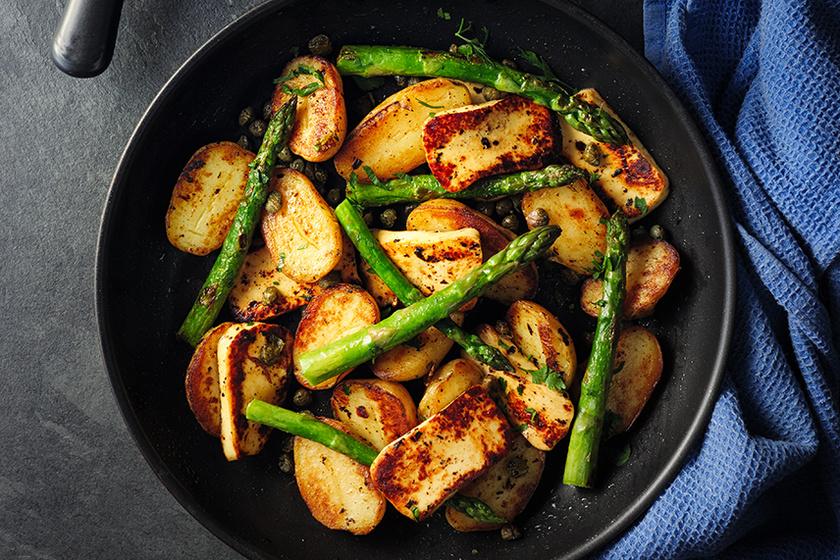 Fenséges köret spárgával és krumplival: serpenyőben készülnek a zsenge zöldségek