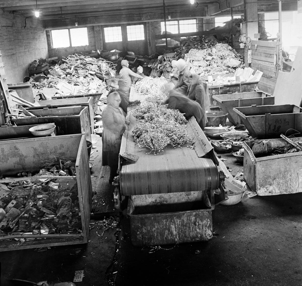 Asszonyok a kézi válogatóban. Nemcsak különböző vasak, fémek, vagy a fémforgács, hanem a textilhulladékok a MÉH-hez kerültek, méghozzá az úgynevezett Textilmaradék és Fonalosztályozó Vállalathoz. Innen látták el géptisztító ronggyal az egész országot. Természetesen mint sok minden más, hiánycikk volt ez is, az évi 1300 tonnás igénnyel szemben évente csak 1100 tonna háztartási rongy került a MÉH-telepekre. Azt sem tudják sokan, hogy a len- és kenderrongyból a legjobb cigaretta- és bankópapír készült. De még furcsább dolgokat is kerültek a MÉH-hez: a vágóhidakról, a nagyobb üzemi étkezdékből és a kórházakból évente mintegy 1500 tonna csontot gyűjtöttek. Zömük a Budapesti Vegyiművekhez került, ahol enyv készült belőlük (főleg exportra), de húsliszt és műtrágya gyártásához is felhasználták.