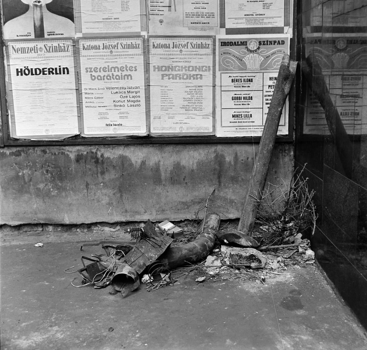 1974. A nemrég elmúlt karácsonyra emlékezik egy megkopaszodott fenyő egy pesti utca zugában. Kopott lefolyócső-darabok mellett gubbasztva a szemetesre vár. Fölötte színházi plakátok, az egyiken a Katona József Színház 1973 december 22-i előadása, Szakonyi Károly: A hongkongi paróka. A korabeli napilap érdekes tényt közöl: a Melléktermék- és Hulladékhasznosító Vállalat, közismertebb nevén a MÉH, nemcsak papírt és fémet, hanem emberi hajat is gyűjtött, igaz, kizárólag exportra, paróka alapanyagnak. Évente 240 tonna emberhajat exportáltunk külföldre ezekben az években.