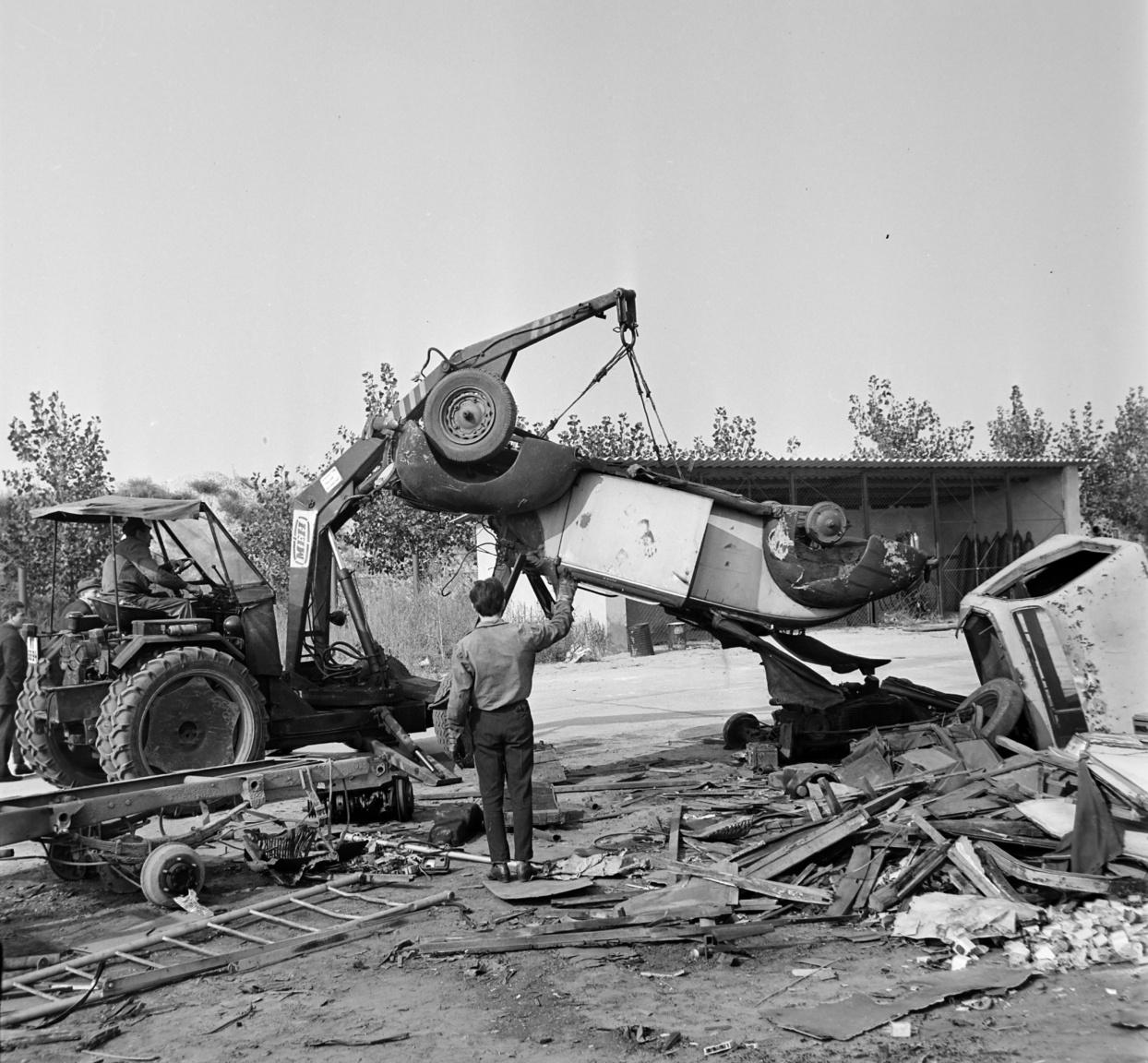 A gépek azonban az 1950-es évek végéig nem tudták leváltani a lovaskocsikat a városban. Az 1950-ben létrejött Nagy-Budapest teljes területére kiterjedő rendszeres szemétgyűjtést 1952-re sikerült elérni, a lóüzem felszámolására csak 1957-ben kerülhetett sor. A Skoda ROK, majd Skoda RTK gyűjtőjárművek darabszámának növekedésével a '60-as évek második felében a félpormentes gyűjtés fokozatosan háttérbe szorult. Az 1970-es évektől kezdődően a nagy tömörítő-képességű MUT felépítményes gyűjtőjárműveket alkalmazták, és 1975-re sikerült a félpormentes gyűjtést teljesen megszüntetni.
