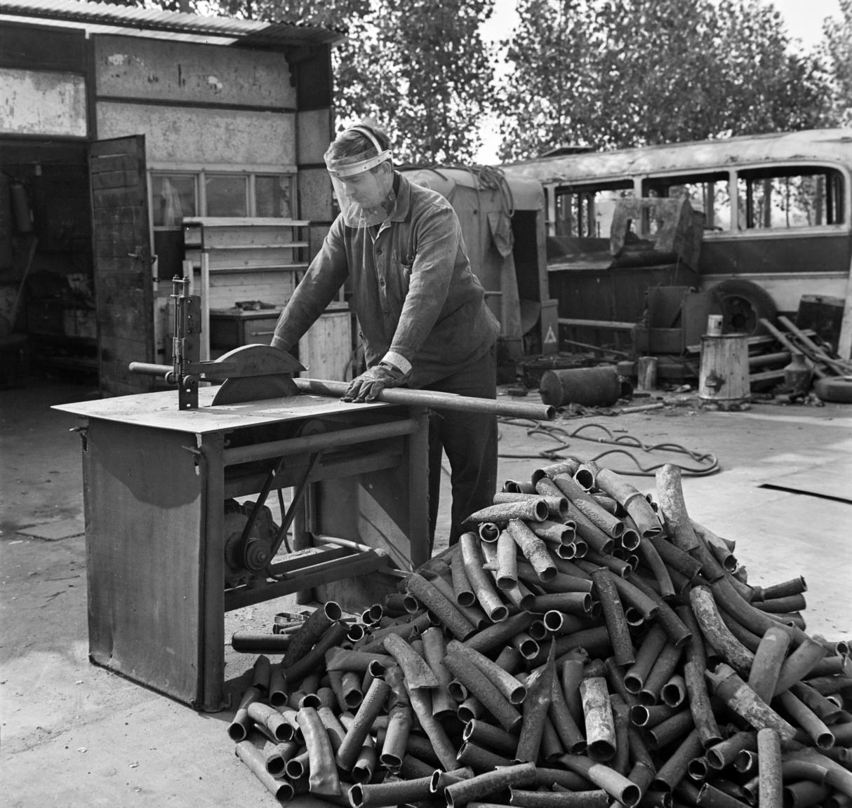 Munkás vascsövet darabol. Egy 1966-os Népszabadság cikk szerint a Budapesti MÉH évi forgalma nagyobb volt negyedmilliárd forintnál. Egy év alatt a többi közt 58 ezer tonna vas- és 26 ezer tonna papír-, 4600 tonna fémhulladék, valamint 1100 tonna háztartási textilhulladék került a főváros különböző pontjain levő telepekre. Volt néhány speciális gyűjtőterület is. Például csaknem 650 lelőhelyről (OFOTÉRT, fotószakkörök) gyűjtöttek össze elhasznált fény- képrögzítő folyadékot, amiből a pénzverde évenként csaknem 1500 kilogramm, 65 ezer dollár értékű importot kiváltó ezüstöt kohósított.
