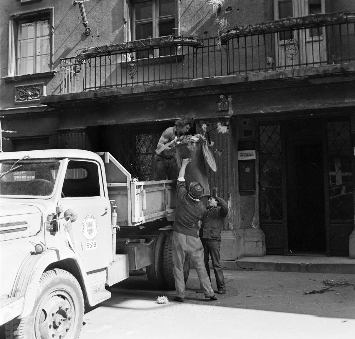 A képen egy pormentesnek éppen nem nevezjető szemetesautót pakolnak. Sokan nem tudják, de az első gépesített, pormentes szemétgyűjtő-autók már 1928-ban megérkeztek az országba. Az alváz a Mercedes-Benz, a tartály pedig az augsburgi Keller und Knappich gyárból került ki. A főváros az első járművet a Keller und Knappich Augsburg cégtől rendelte meg, a kocsik oldalán ott virított a cég rövidített neve: K.U.K.A. Innen jött a pesti nyelvbe a kukásautó elnevezés, ami annak ellenére tartja magát majdnem száz év elteltével is, hogy az eredeti Keller und Knappich kocsik maradékát is már rég elemésztette a szemét. (A cég viszont máig működik.)