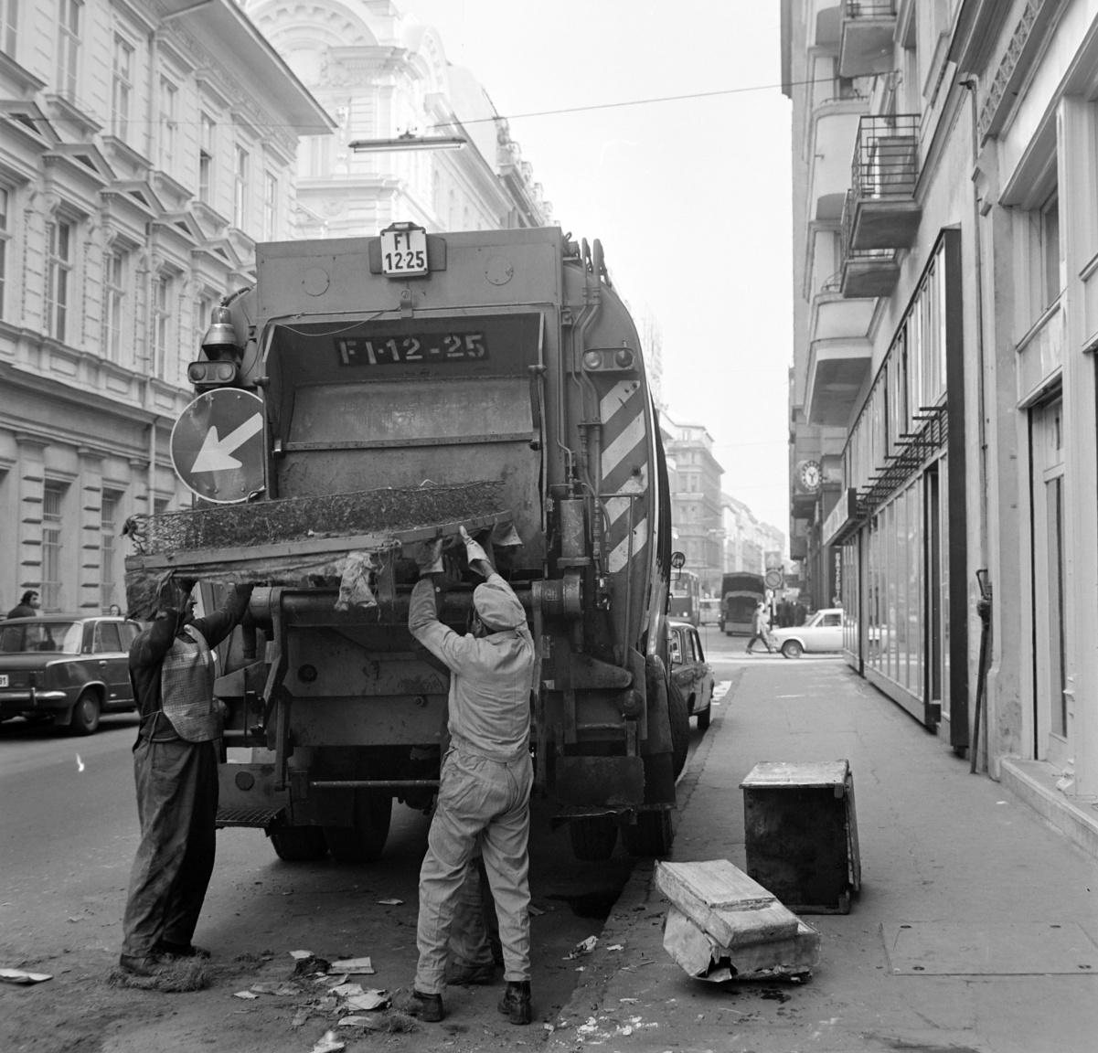 Bár kísérleti jelleggel a Fővárosi Köztisztasági Hivatal már 1969-ben elindította a lomtalanítási szolgáltatását, de rendszeres, évenkénti lomtalanítás csak 1972-ben kezdődött. Ehhez már nem volt megfelelő a hátul kukaürítő berendezéssel szerelt kukásautó, olyan acélszáj-szerkezet kellett, ami ha kell, megeszik bármilyen bútort, akár egy komplett heverőt is.