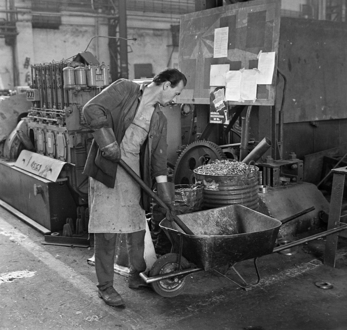 A fémfelfolgozó üzemek leggyakoribb hulladéktípusa volt a fémforgács, amit a képen egy munkás lapátol át a talicskából a hordóba. Azt gondolnánk, hogy ha valaminek, akkor a fémforgácsnak egyszerű volt az elhelyezése egy MÉH tagvállalatnál, amiből 1954-ben húsz, 1966-ban már csak tíz, 1977-ben pedig már csak hat működött az országban. Egy 1971-es újságcikkből (Zalai Hírlap) azonban nem ez derül ki. A cikk szerint bepanaszolták a nagykanizsai MÉH-et, hogy semmilyen könyörgésre nem szállították el a vasforgácsot a tótszentmártoni termelőszövetkezetettől. A lap által felkérdezett MÉH-telep vezető kínjában először arra hivatkozott, hogy a forgács nem felelt meg az MSZ 2592—69. sz. IV. táblázata szerinti szabványnak, aztán kiderült az is, hogy nincs is rá tárolóhelyük.