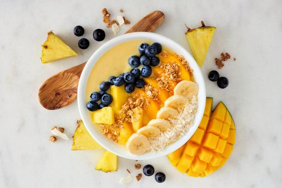 A friss banán és áfonya is jól illik hozzá.