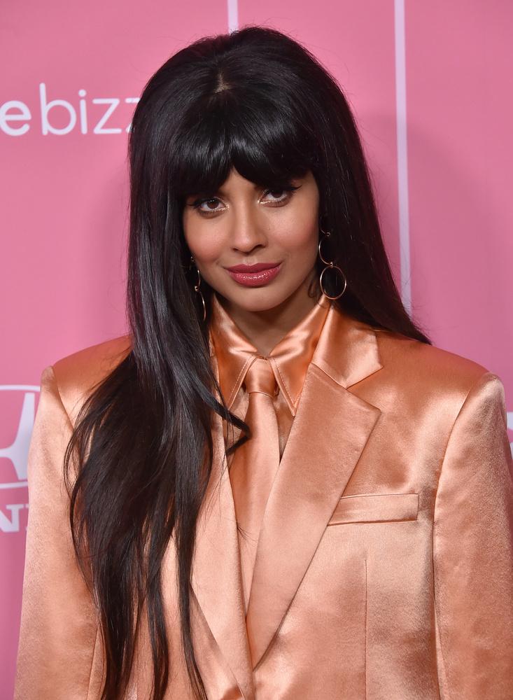"""Jameela Jamil színésznő nemcsak azzal hívta fel magára a figyelmet, hogy beszólt Kim Kardashiannak, amiért étvágycsökkentő nyalókát reklámozott, Cardi B is megkapta a magáét tőle, amiért detoxikáló iceteáról fecsegett.""""Istenem, remélem, hogy ezek a celebek mind a nadrágjukba szarnak nyilvános helyen, amiért szegény nőkkel megvetették azokat a nonszensz dolgokat, amiket hirdettek""""Cardi B megosztotta Jamil kifakadását, amit úgy kommentált, hogy rengeteg közvécé és bokor van, úgyhogy valószínűleg nem fog a saját nadrágjába rondítani"""