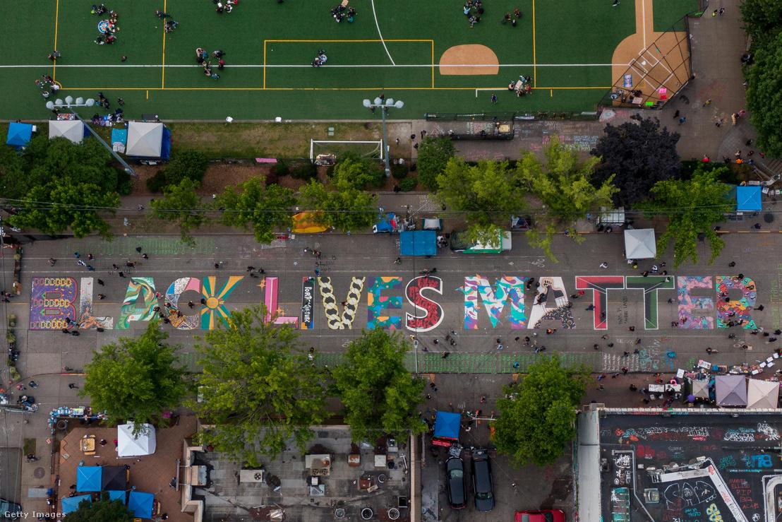 Légi felvételen Black Lives Matter felirat az East Pine utcán, közel a Cal Anderson parkhoz, ami a CHOP területén, az ún. Capitol Hill autonóm övezetben van Seattle-ben 2020. június 14-én