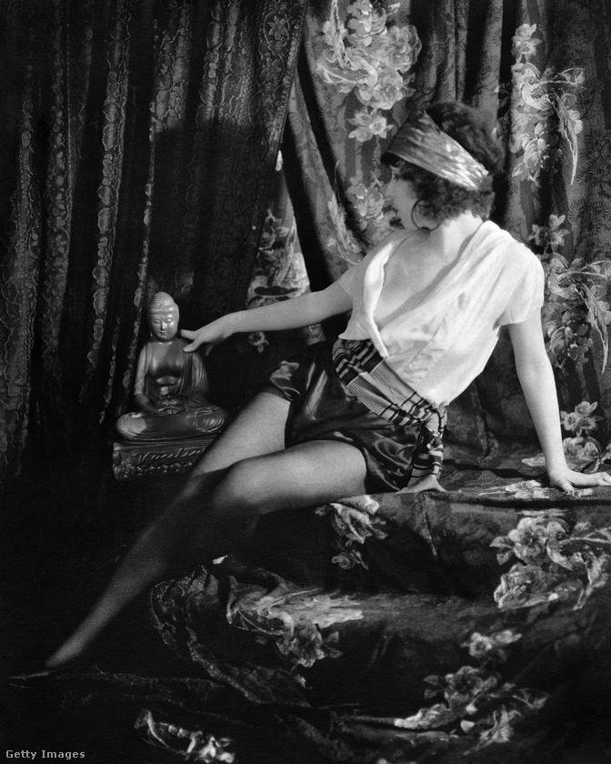 Még egy kép 1923-ból, ami mutatja, mekkora divatja volt az egzotikus-erotikus dolgoknak ebben az időszakban: ez az amerikai showgirl itt igen ledér pózban egy buddhát cirógat kéjesen.