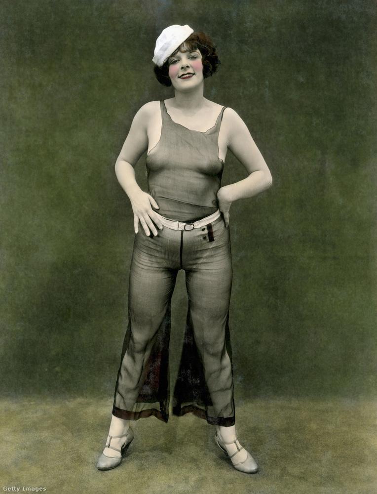Nagyon ment ám a kacérkodás ekkor a két nem közötti határok áthágásával az öltözködésben is! Ezen az 1930-as képen a női modell tengerészsapkát és (átlátszó) nadrágot visel, ami mai szemmel persze nem nagy durranás, de akkor elég forradalmi volt.