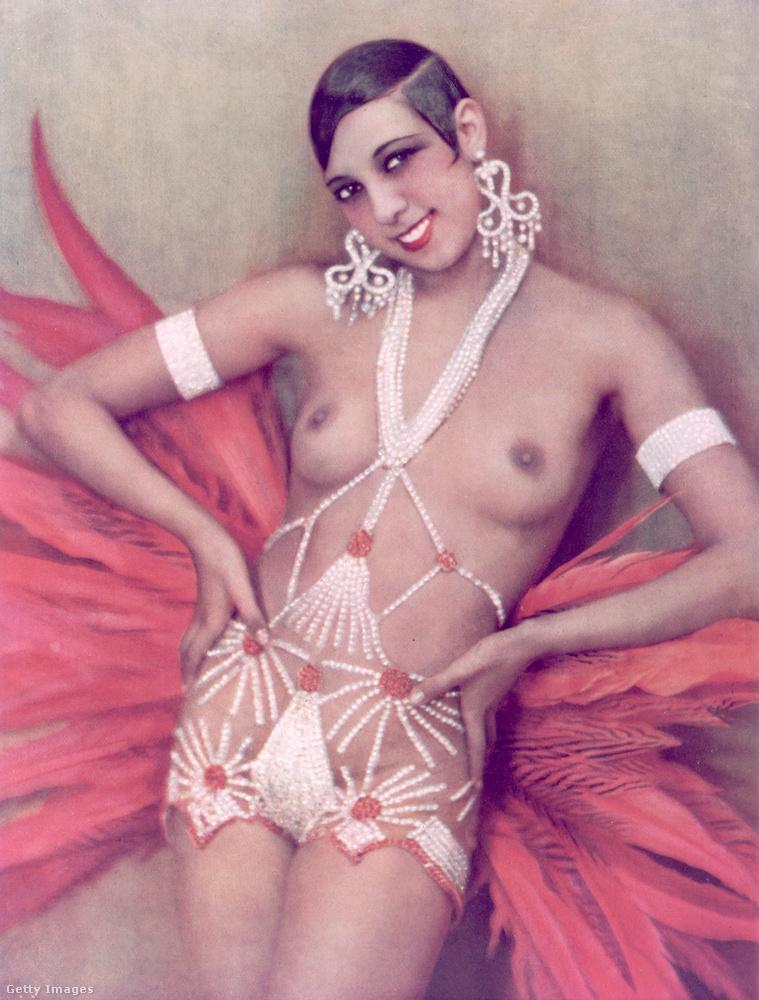 Még egy kép Josephine Bakerről, aki 19 éves korától kezdve lépett fel ilyen szerelésekben Párizsban.