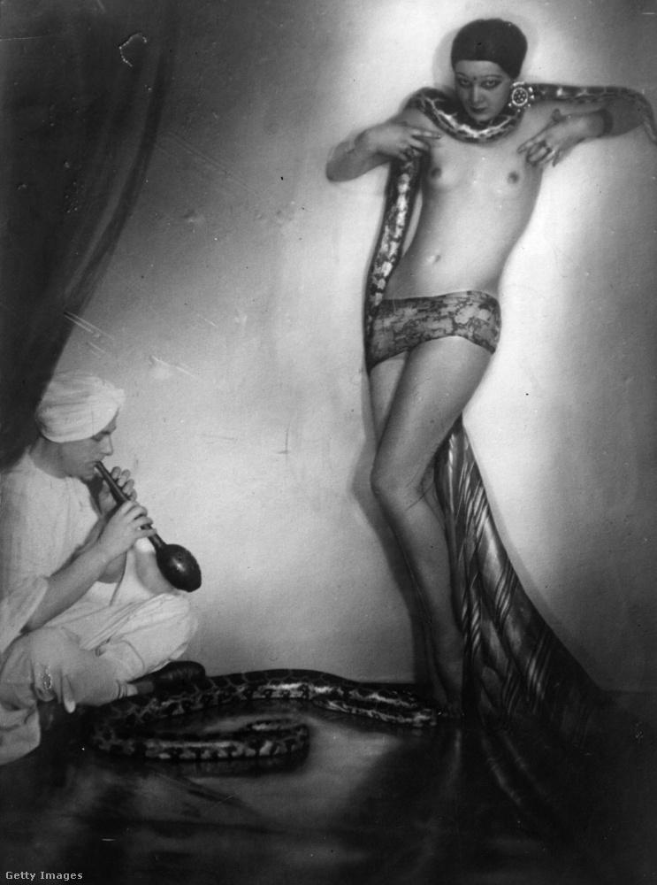 Ezen a képen Arimand Banu egzotikus táncosnő látható egy kígyóval és egy kígyóbűvölővel
