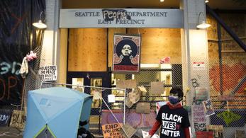 Hippifesztiválhoz közelít az amerikai nagyváros közepén elbarikádozott tüntetés