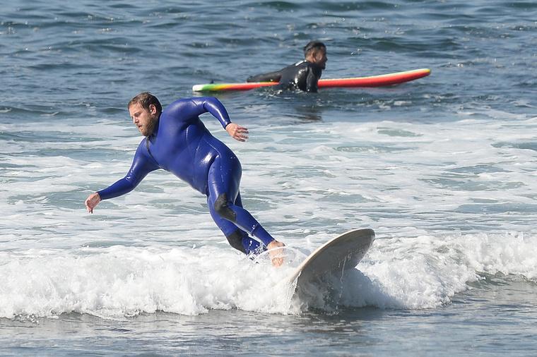 Mindenesetre most ismét mozgásba helyezte magát, méghozzá Malibu partjainál, ahol szörfözött egyet, azonban egyszer csak jött egy hullám...