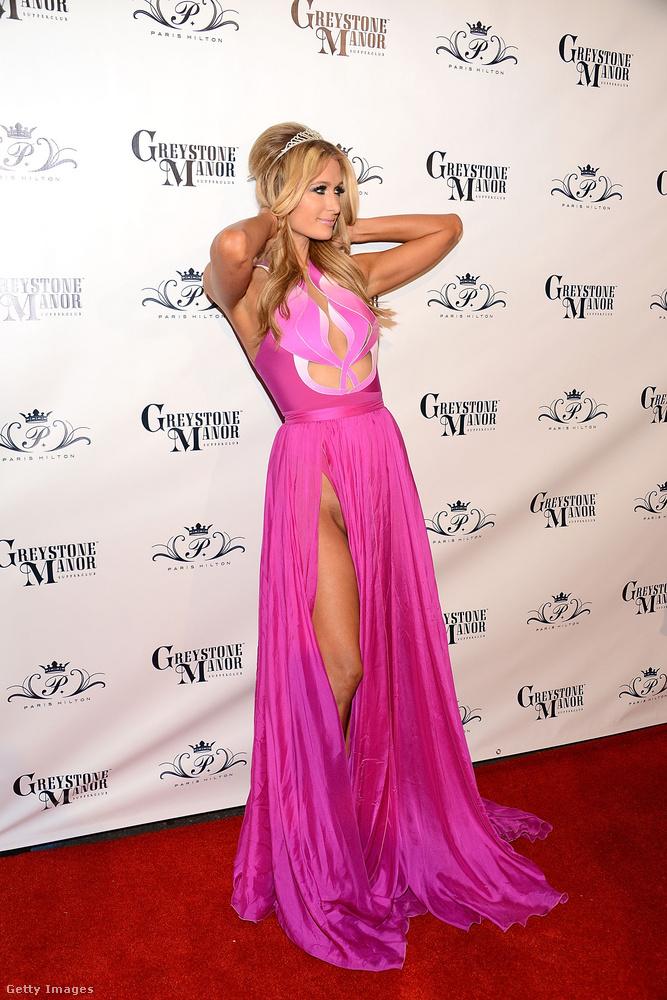 Hiltonéknál maradva: a család leghíresebb tagjával, Paris Hiltonnal is előfordult, hogy bugyi nélkül viselt egy túlságosan merészen felsliccelt ruhát