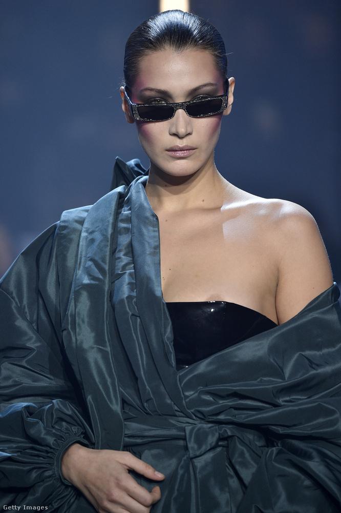 A Hadid-nővéreket egyébként előszeretettel öltöztetik ilyen rizikós szerkókba a divattervezők, Bella Hadidnak a ruhája például Alexandre Vauthier 2018-as haute couture-bemutatóján indult meg lefelé