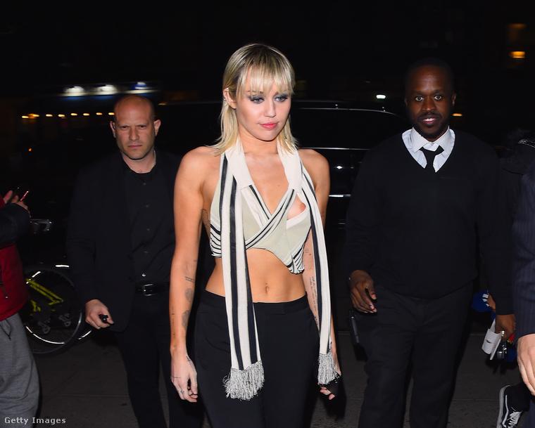 Teljesen vállaltan ezt a hozzáállást hirdeti Miley Cyrus is, akinek a fotóját azért nem kockáztuk ki, mert miután kikandikált a mellbimbója most februárban a felsőjéből a New York-i divathét egyik eseményén, az énekesnő az erről készült fotót maga is megosztotta az Instagramján azzal, hogy wáháhá, gyorsan nézze meg mindenki, mert valószínűleg hamar törölni fogják képmegosztóról