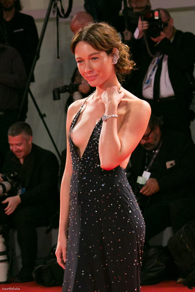 Cristiana Capotondi olasz színésznő vörösszőnyegezése a 2017-es Velencei Filmfesztiválon jó példa még ugyanerre: nagyon szexi akart lenni, de kicsit túllőtt a célon.