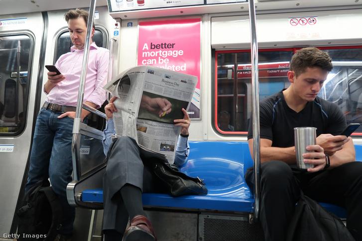 Metrózó hírfogyasztók New Yorkban 2017-ben