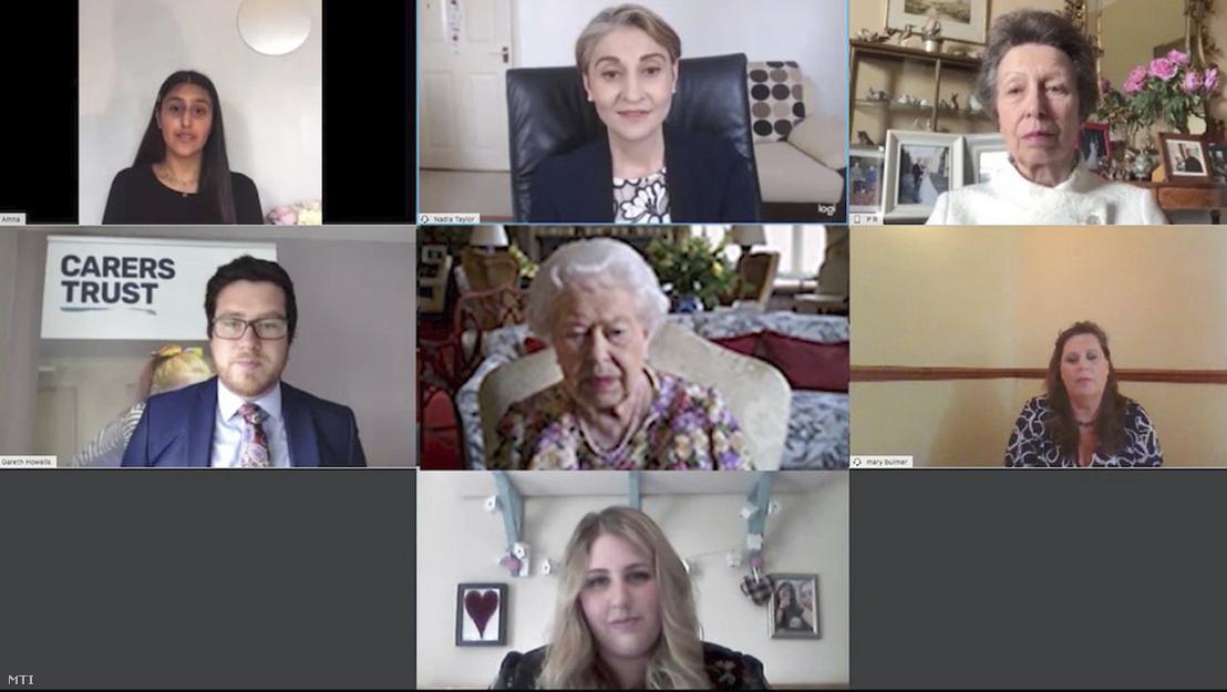 A Buckingham-palota által 2020. június 11-én közreadott képen II. Erzsébet brit uralkodó (k) 2020. június 4-én videokonferencia keretében beszélget a lánya, Anna hercegnő (jobb felső sarok) kezdeményezésére létrehozott Carers Trust gondozói alapítvány munkatársaival a windsori kastélyban. A 94 éves II. Erzsébet a brit monarchia történetében az első uralkodó, aki részt vett egy videóhíváson.