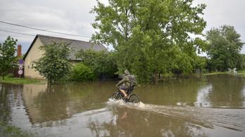 Már nyolcvan bejelentést kaptak a debreceni tűzoltók a heves eső miatt