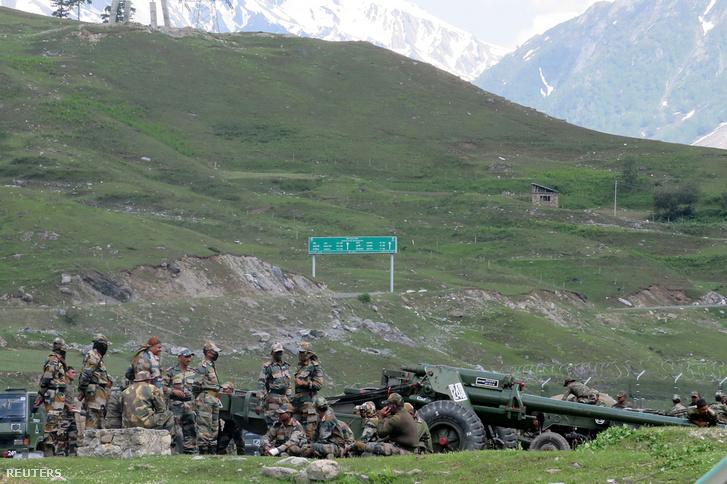 Indiai katonák a határszakasz közelében