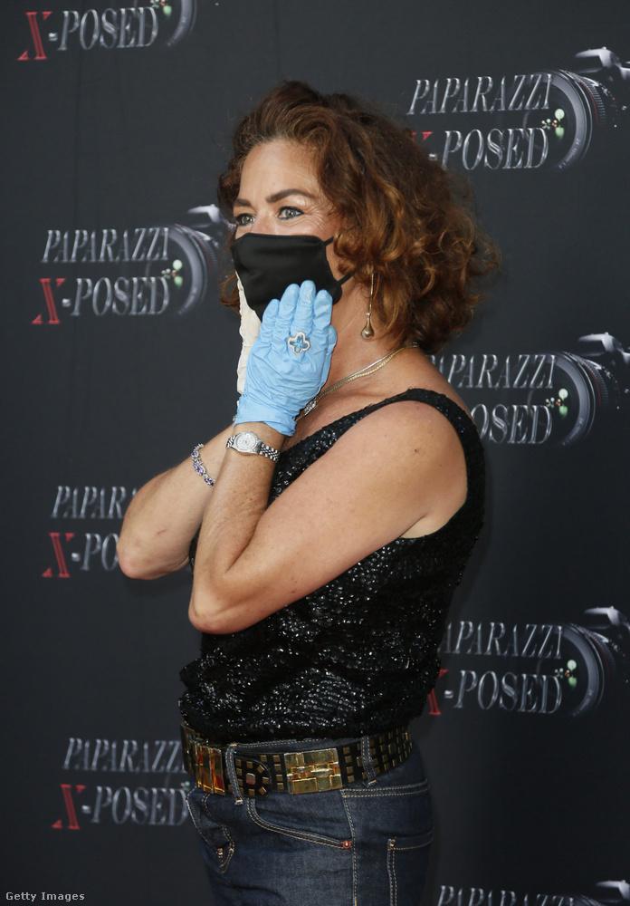 Hosszú ideje először tartottak premiert Los Angelesben, és erről hamarosan írni fogunk még, de van itt valaki, aki nem várhat: emberemlékezet óta nem láttuk Claudia Wellst.                         A színésznő egyedüliként viselt maszkot és gumikesztyűt a Paparazzi X-Posed új évadának bemutatóján