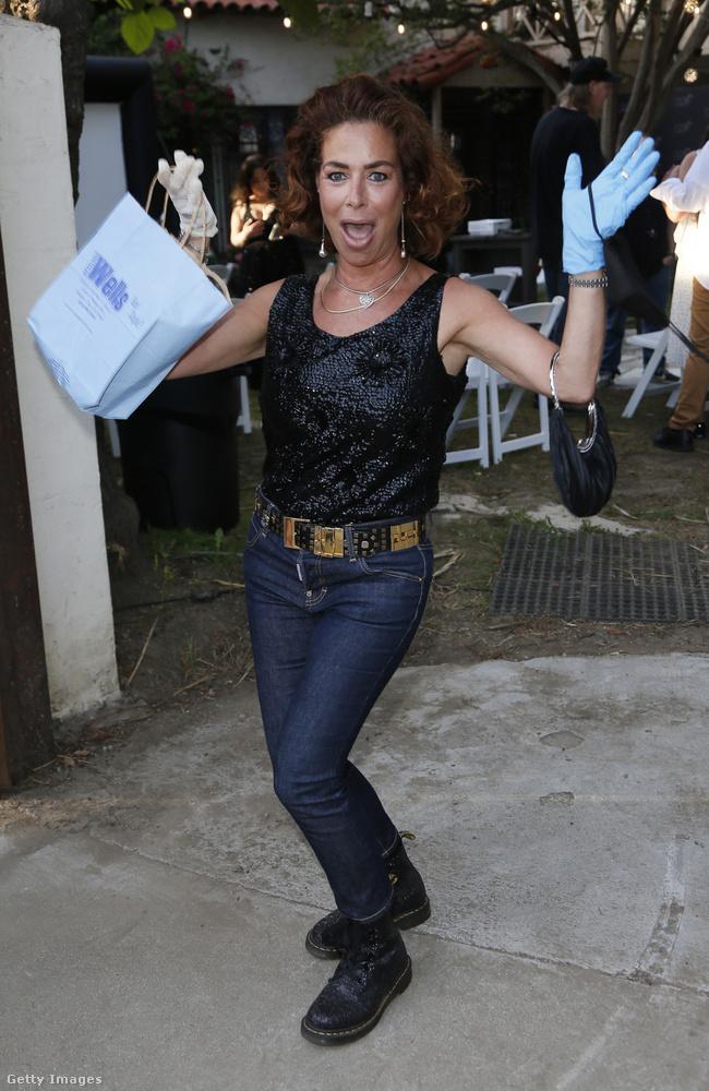 Teljesen fontatlan részlet, de az 53 éves színésznő Martens bakancsban érkezett a rendezvényre, ami elég menő.