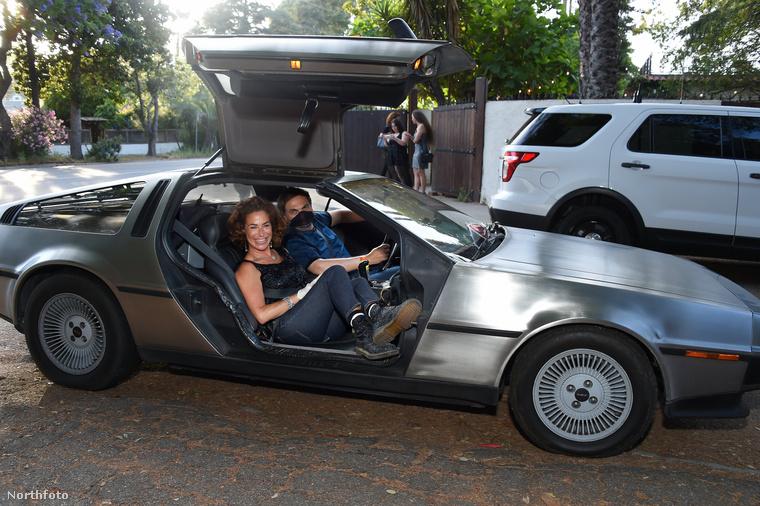 És a mostanában kuriózumnak számító sajtóeseményen is beült egy DeLoreanbe!