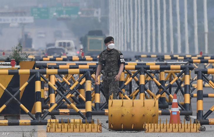 Dél-koreai katona egy ellenőrző ponton Kaesongban 2020. június 17-én.