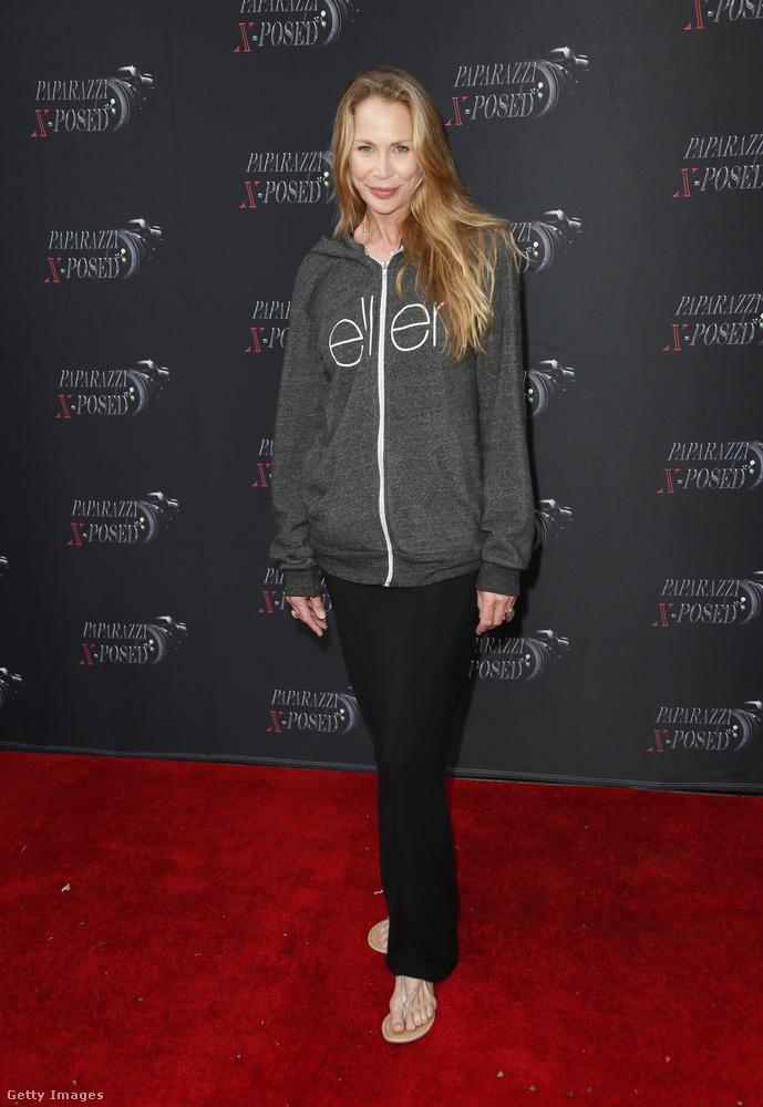 Kathleen Kinmont színésznő nem gondolta túl ezt a kiöltözősdit, de a pulóverével mintegy a támogatásáról biztosíthatta Ellen DeGenerest, akire ez mostanában ráfér