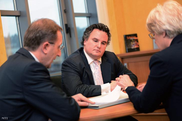 Lakatos Zsolt, Szakács Tibor és Deák Klára a Széchenyi Kereskedelmi Bank Zrt. budapesti székházában 2012. november 19-én.