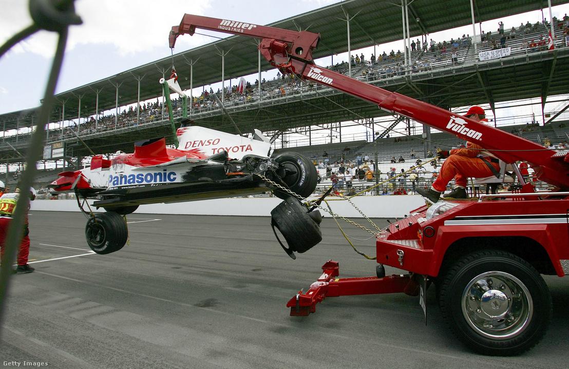 Ralf Schumacher összetört autóját szállítják el a baleset után.