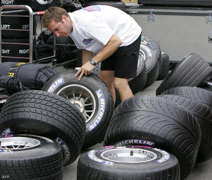 A BAR-Honda egyik mérnöke Michelin gumiabroncsokat válogat az indianapolisi futam előtt