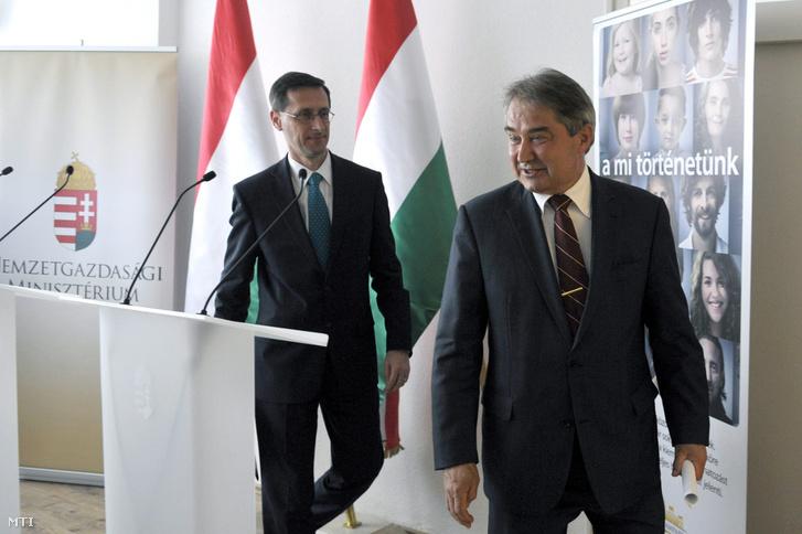 Varga Mihály és Töröcskei István az ÁKK budapesti székházában 2013. április 15-én.