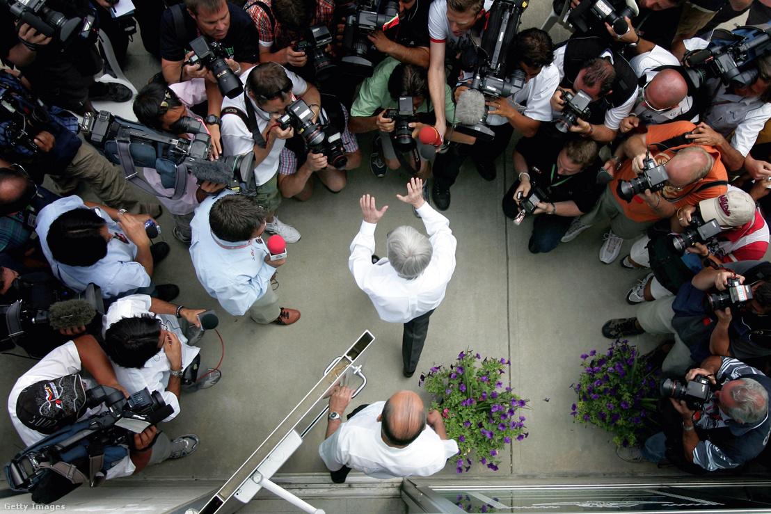 Bernie Ecclestone újságírók gyűrűjében a botrány kirobbanása után