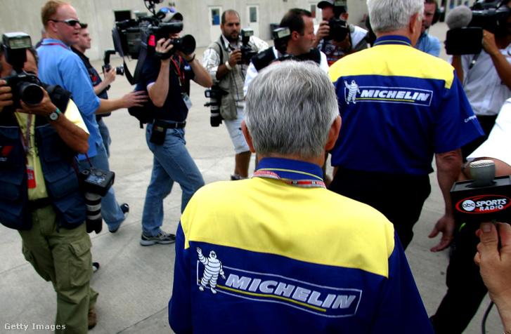 Fotósok és újságírók veszik körbe a Michelin embereit, miután távoznak egy a futam előtt a csapatokkal tartott megbeszélésről