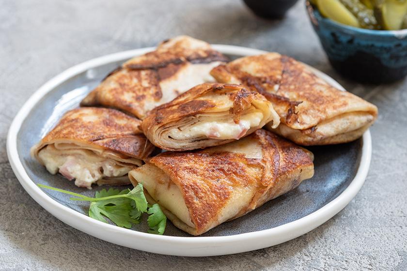 Tepsiben sült sós palacsinta sajttal és sonkával töltve – Kiadós és nagyon finom