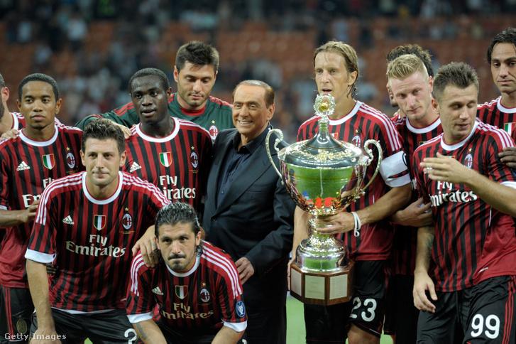 Az AC Milan játékosai és Silvio Berlusconi az AC Milan és a Juventus FC közötti mérkőzésen 2011. augusztus 21-én, Milánóban.