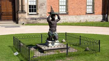 Egy mórt ábrázoló barokk szobrot is eltávolítottak Angliában