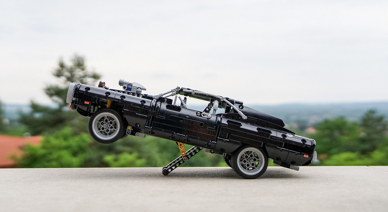 Idén a Lego megcsinálta a Halálos Iramban filmek egyik híres autóját, Dom Dodge Chargerét