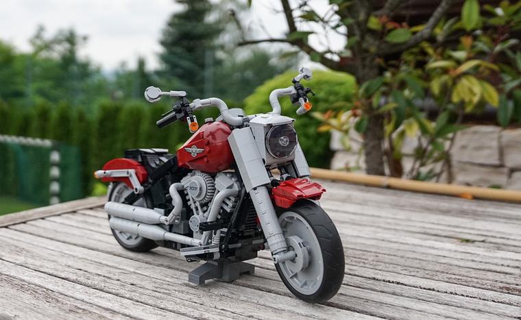 A sok autó mellett az első motor is bekerült a gyűjteménybe, egy Harley-Davidson Fat Boy