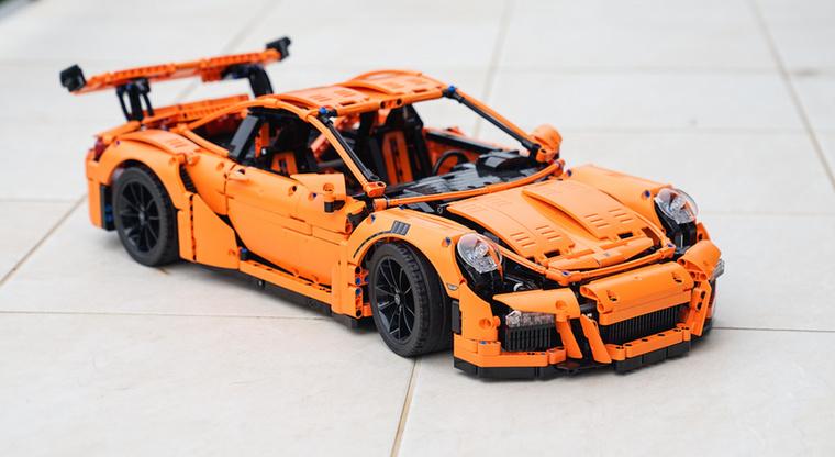 A 2016 júniusában megjelent Porsche 911 GT3 RS-el indította el a Lego elképesztő sorozatát, amiben két évente újabb szuperautóval jelentkeznek