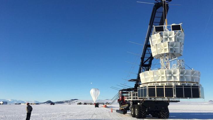 Az Anita berendezést szállítják a héliumballonhoz