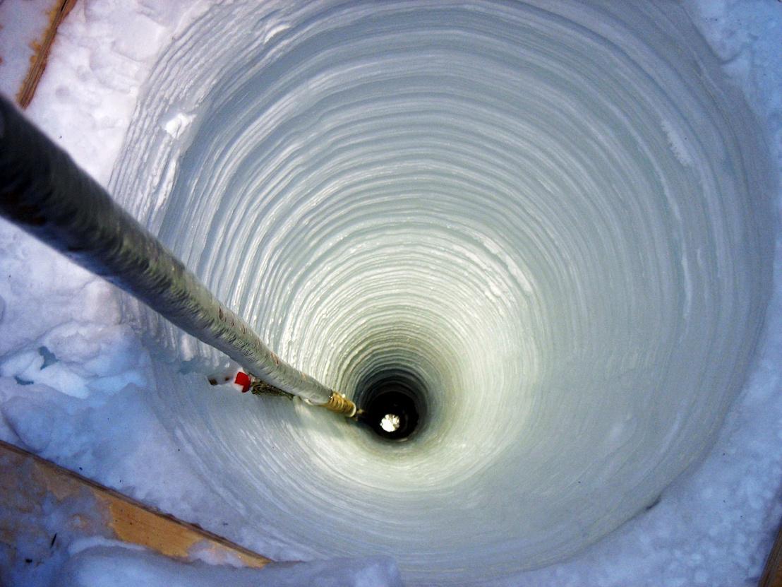 Az IceCube egyik érzékelőjét süllyesztik a jég mélyére